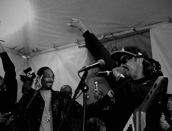 Bilder sagen mehr als Worte! Bei Snoop Dogg und Dam Funk schaut die Performance aus wie eine Party!