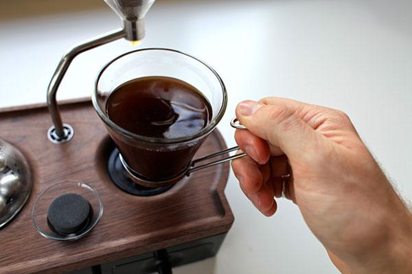 Erfindung des Industrie Designers Joshua Renouf Wecker mit Kaffeemaschine